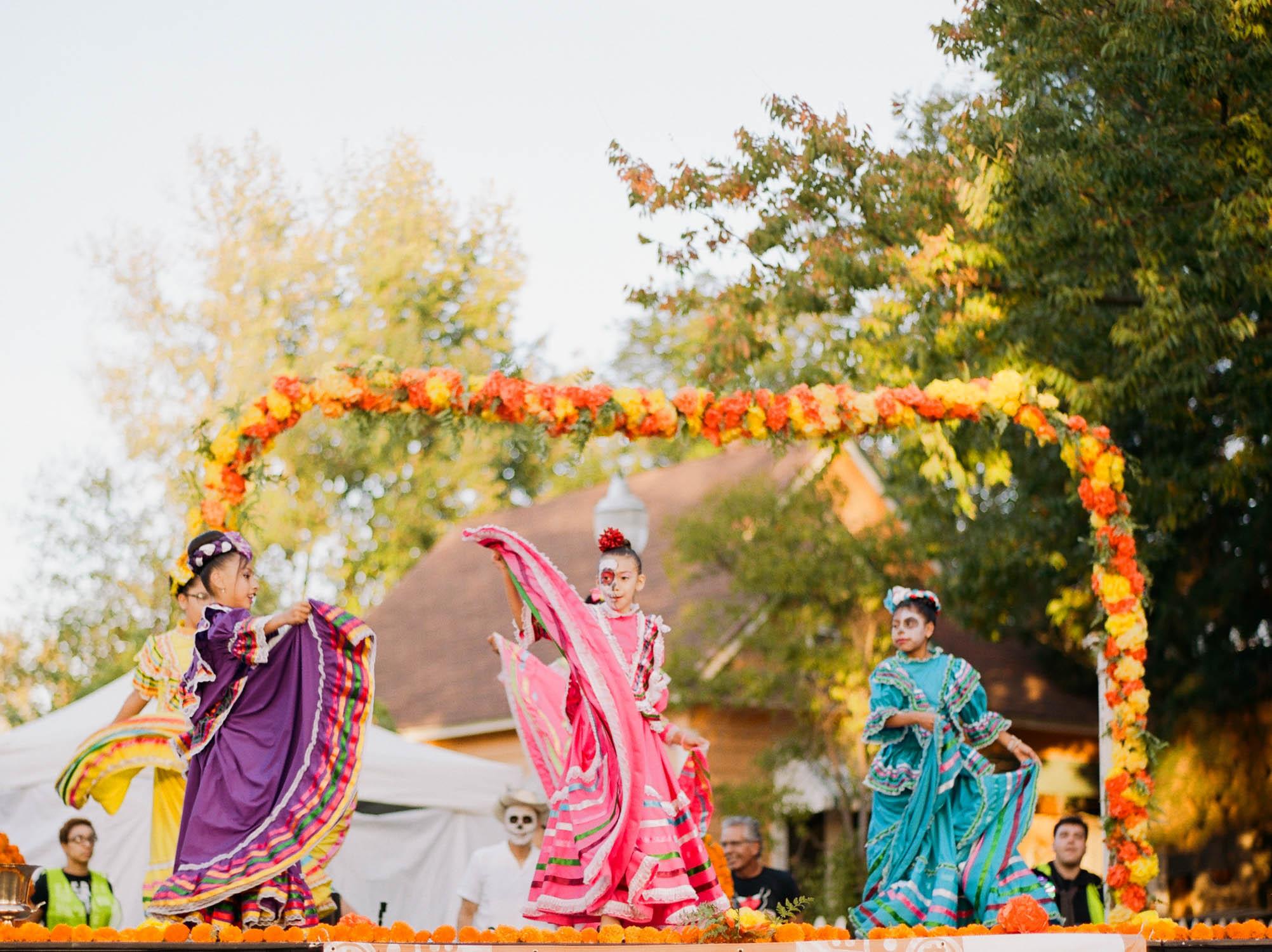girls dance at Oak Park Dia de los Muertos in Sacramento by Rachel Sima Photography