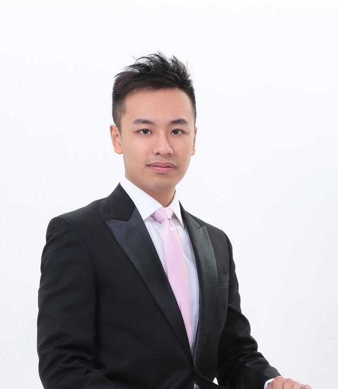 余啟智Roderick Yu - 余啟智是位多才多藝的鋼琴家,在不同領域上有傑出的表現。與他合作過的樂團包括:香港巴羅克樂團、倫敦市政廳當代音樂樂團、香港創樂團、香港管樂協會導師樂團。他也活躍於世界各地,並在多個國際音樂節中演奏,包括多倫多夏季音樂節、薩爾斯堡莫扎特大學音樂節、英國廣播公司現代作曲家音樂周,他的演出在英國廣播公司第三台亦有播放。余氏於香港浸會大學音樂系畢業後,以優異成績於倫敦市政廳音樂學院修畢鋼琴伴奏碩士,師承多位音樂大師,Caroline Palmer、李廷強、Graham Johnson、Julius Drake、Elly Ameling、Gordon Back。余氏亦是2013年Socitiabank獎學金得獎者並於同年擔任多倫多夏季音樂節的學院鋼琴家。Roderick Yu is pianist who takes up different roles in orchestral, opera, chamber music and vocal piano accompanying.As an active pianist, he was invited to perform with the Collegium Musicum Hong Kong, Guildhall New Music Ensemble, Hong Kong New Music Ensemble and HKBDA Wind Orchestra. He has also performed in international music festivals in the Netherlands, United Kingdom, Canada, Austria and Hong Kong. His performance included Cecilia Heejeong Kim's My Arirang, How Much I am Missing You (2013), Joyce Tang's Reflections on Arirang (2013), Nigel Clarke's The Flavour of Tears (2013), Luis Serrano Alarcón'sThree Sketches (2014) and Brett Dean's Wolf-Lieder (2006) that has been broadcasted in the BBC Radio 3 in London.Roderick completed his Master's Degree with Distinction with the support of Leverhulme Trust at the Guildhall School of Music and Drama and Bachelor's Degree at the Hong Kong Baptist University, studied under Caroline Palmer, Graham Johnson, Gordon Back, Pamela Lidiard and Norman Lee. He has received the Scotiabank scholarship to be the Art of Song Fellow during the 2013 Toronto Summer Music Festival, where he received intensive coaching from Elly Ameling, Julius Drake and Michael McMahon. Roderick was trained as a lieder coach by Konrad Jarnot and Christoph Bernerduring the 2014 Internationale Sommerakademie in Universität Mozarteum Salzburg.