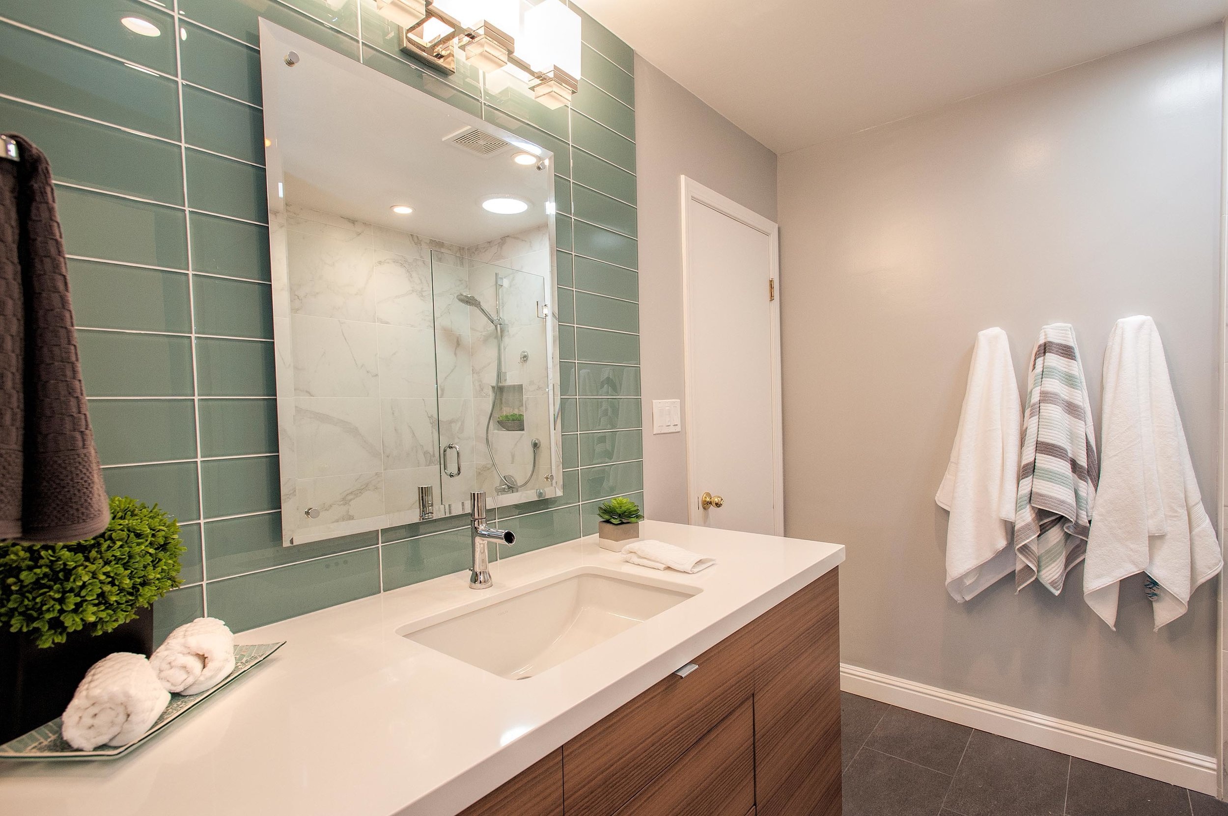 Bathroom with mirror and a faucet