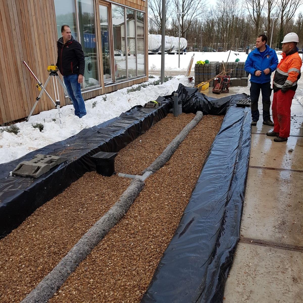 Toepassing van de Urban Rainshell in de WaterStraat. Het folie is toegepast om een slecht infiltrerende kleigrond te simuleren.