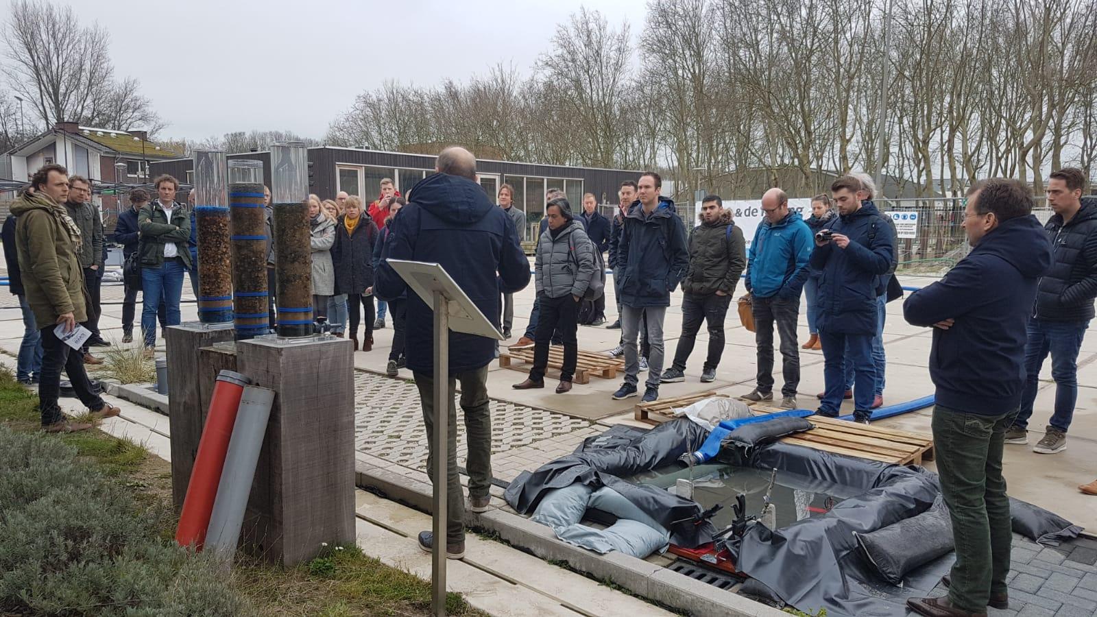 Deelnemers van de eerste Masterclass 'De Infiltrerende Stad' bij aanvang van de full scale proef met de Urban Rainshell op de WaterStraat in Delft
