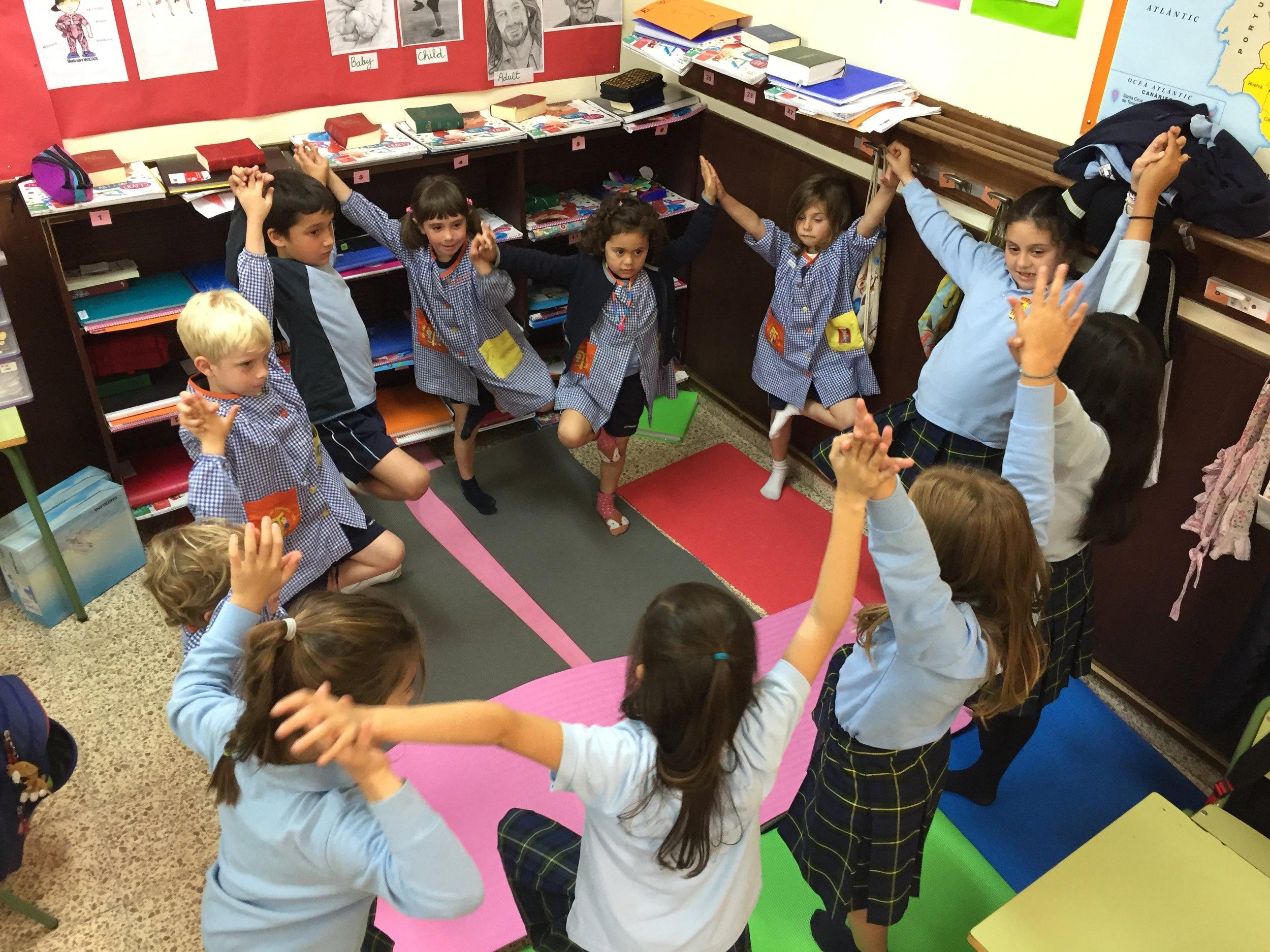 Yoga en el aula, niños de 4 a 8 años en el Col.legi Sant Francesc 2017-2018