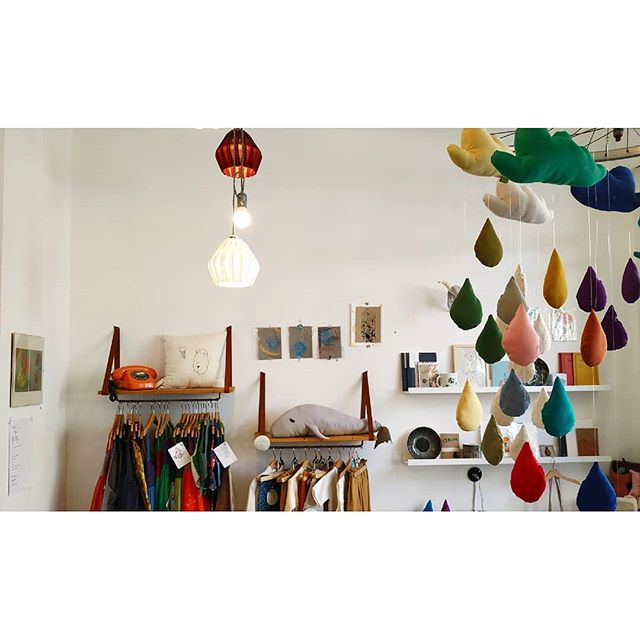 Proudly presenting our first collaborators! 🐢 @fabrika.arts.crafts & @sonjablum.enaftero are a duo of Athenian creatives crafting unique pieces in the city's coolest neighborhood, Koukaki 🧶🎨 Stop by their sunlit workshop and shop one-of-a-kind jewelry, eco-friendly children's clothing, toys, postcards, buttons, notebooks and a whole world of other knickknacks 🎈 . . . . . #helocal #travel #travelgram #shoplocal #shopping #athensdaily #athens #artsandcrafts #creative #greece #luxuryhomes #heloniapartments