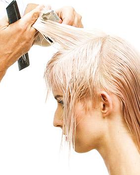 Etape 3   Peigner et élever le cheveu à 90° et couper en descendant jusqu'à 45°. Désépaissir et créer un dégradé au rasoir en suivant le tombant naturel et la forme de la tête.