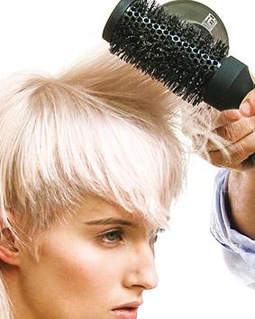 Etape 10   Sécher les cheveux avec les doigts pour créer du mouvement puis faire un brushing en utilisant la brosse TIGI Pro Large pour lisser la cuticule