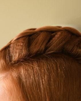Tutoriel coiffage – Etape 2   Réaliser une tresse en relief jusqu'à l'occipital sans trop la serrer. Glisser des barrettes plates dans la tresse au niveau des racines pour maintenir le volume. Équilibrer l'ensemble si besoin