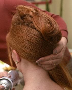 Tutoriel coiffage – Etape 4   Pour les cheveux lâchés : crêper, lisser et plaquer les cheveux autour de l'arrière de tête, juste en dessous de la tresse. Ces différentes actions permettent de maintenir l'ensemble. Le point d'attache se trouve derrière l'oreille.