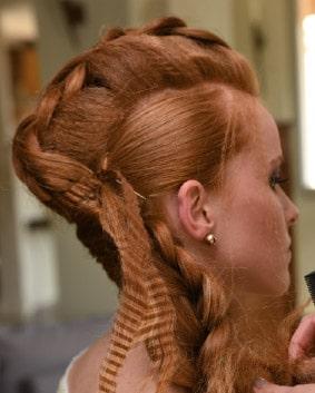 Tutoriel coiffage – Etape 5   Tresser la longueur sur le côté, relâcher la tresse tout du long, en tirant délicatement sur les cheveux de façon à la rendre moins classique.