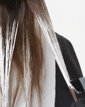 Etape 3  Réaliser une technique balayage sur les mi-longueurs et les pointes avec Blondor Freelights+ Oxydant Blondor Freelights 9 %, tout en préservant une petite partie de la section supérieure. Cela permettra de révéler les touches plus claires cachées lorsque les cheveux seront positionnés de côté. Laisser pauser, rincer et neutraliser avec Blondor Seal & Care. Sécher à l'aide d'une serviette.