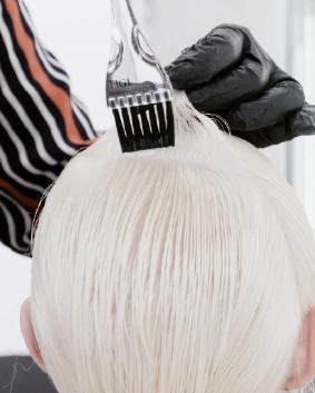 Etape 4  Préparer Rose Water – Bed Head Colour Trip : 25 g Clear + 0,5 g Pink (formule 3). Selon une technique de fondu à main levée, appliquer la formule 3 sur les longueurs, et les pointes. Isoler à l'aide de TIGI Copyright Colour Meche Strips.
