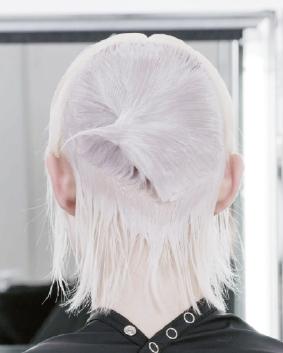 Etape 5  Appliquer la formule 2 sur le reste des cheveux, des racines aux pointes. Répéter la technique d'application de l'autre côté, en alternant les formules de coloration. Sur la nuque, appliquez la formule 2 sur les mi-longueurs et selon une technique de fondu à main levée.