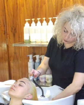 Etape 2  Rincer la décoloration effectuée sur l'ensemble de la chevelure.