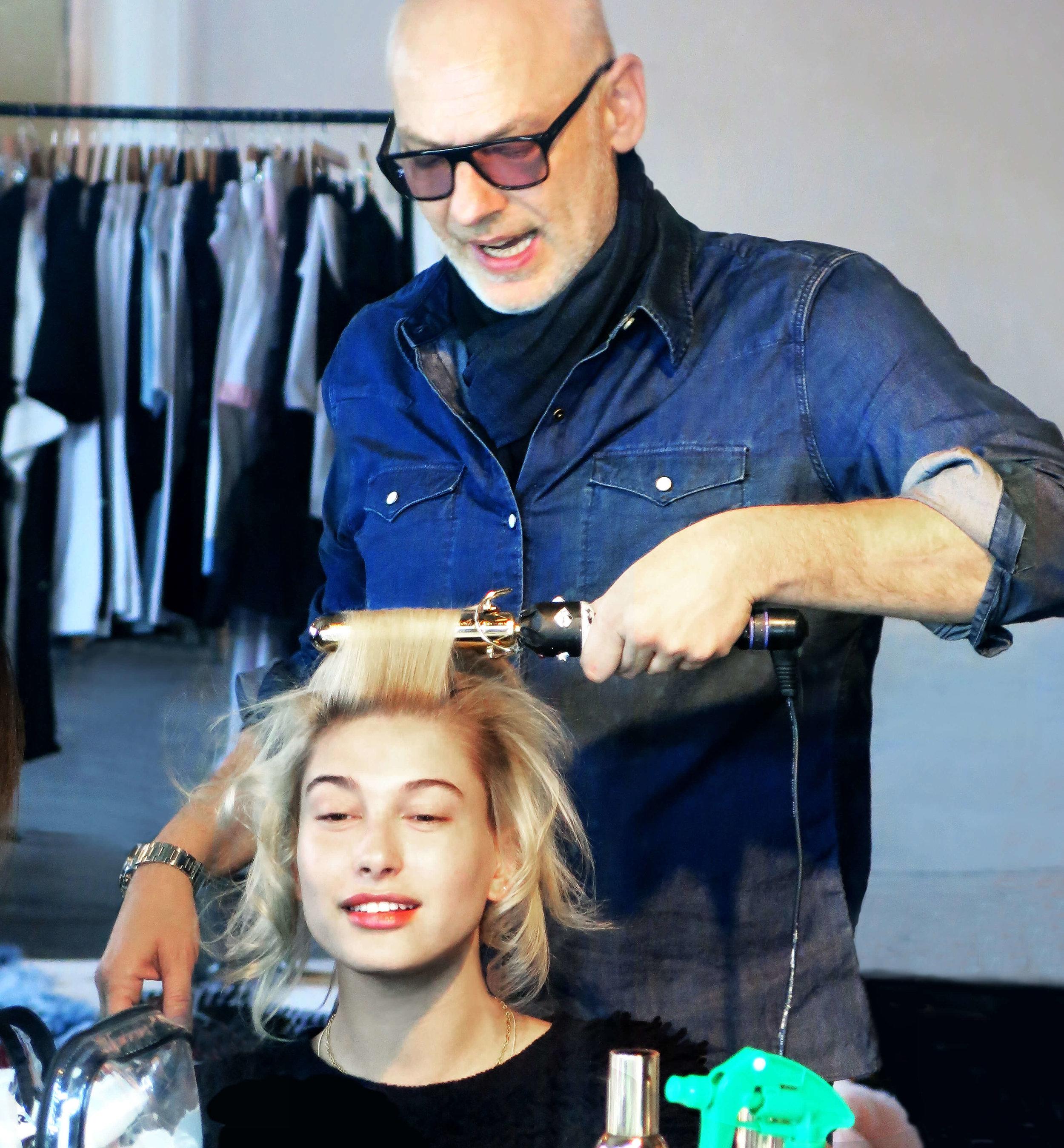 echos-coiffure-magazine-backstage-wonderland-hailey-bieber-03.jpg