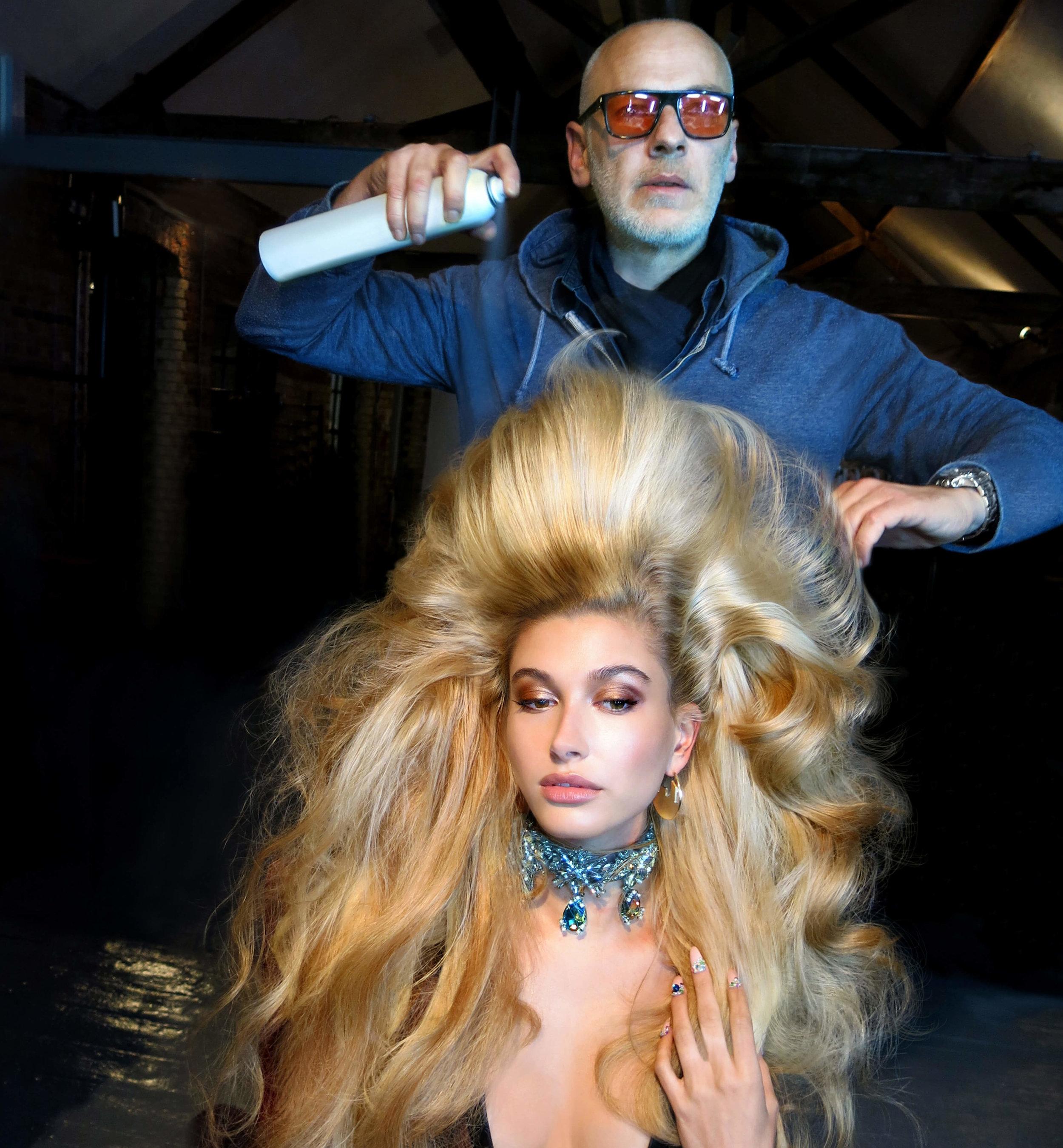 echos-coiffure-magazine-backstage-wonderland-hailey-bieber-04.jpg