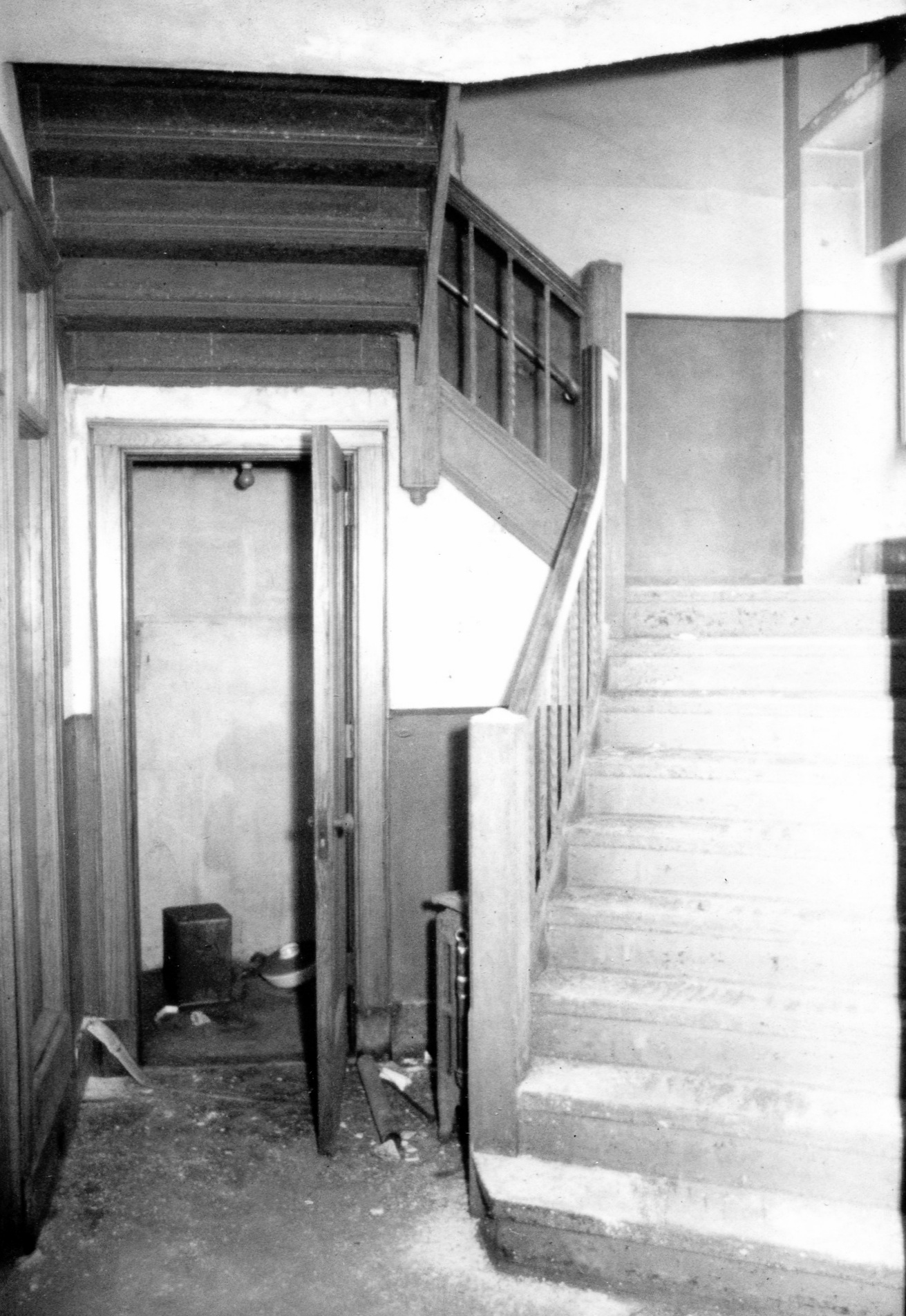 An interior staircase inside the Central State Bank Building in 1986, shortly before the building was demolished.