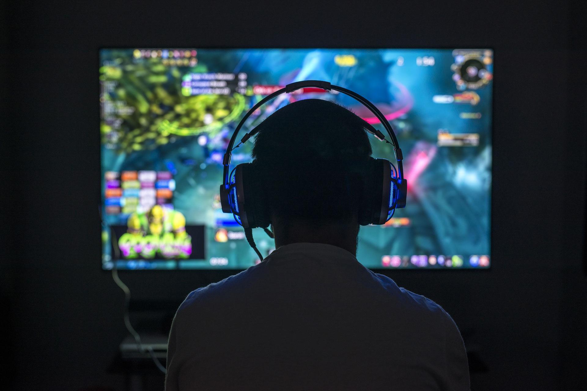 computer-gamer-looking-at-tv.jpg
