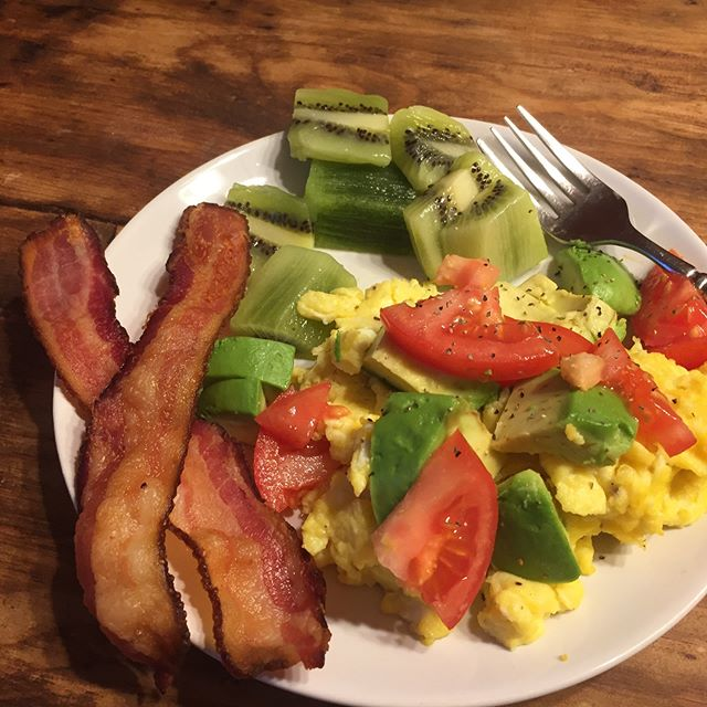 Super yummy and easy breakfast this morning. The key... making crispy bacon in the oven. This is how I do it.  1. Oven at 400 2. Put 10-12 pieces of bacon on parchment paper (for easy clean up). 3. Bake for 15-20 minutes or until bacon is cooked how you like). I shower or throw together the rest of the meal while the bacon cooks. 4. Place cooked bacon on a paper towel to absorb the grease. 5. Serve it to 5 hungry humans.  Toss the parchment paper when grease has cooled (almost zero cleanup). Make even more for easy leftovers. Simply warm up for another meal.  #fuelingthefam #fullplate #thisonelife #thismamacookslikeaboss