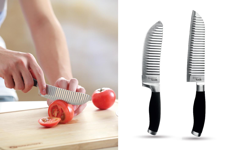 Utile 13 cm et santoku 18 cm - Le couteau Utile 13 cm est idéal pour trancher les légumes et fruits à peau fine comme les tomates. Le couteau Santoku sera parfait pour débiter rapidement les légumes durs.• Poignée ergonomique• Lame inox haute qualité• Découpe franche sans rainures• L'aliment ne colle pas à la lame500319 Couteau utile 13 cm500316 Couteau santoku 18 cm