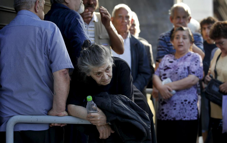 pensionistas griegos en la cola de un banco