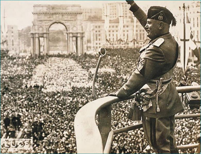 Benito Mussolini dando un discurso cerca del Arco de Constantino el Grande. Milán.