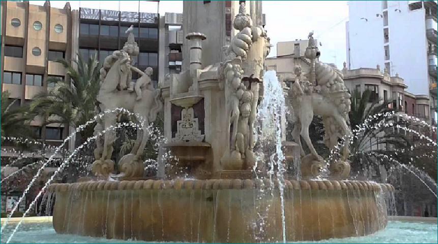 """Fuente monumental construida en 1930 por el escultor alicantino Daniel Bañuls Martínez. Se la popularizó con el nombre de """" Plaça dels Cavalls"""" (Plaza de los Caballos) Alicante. España."""