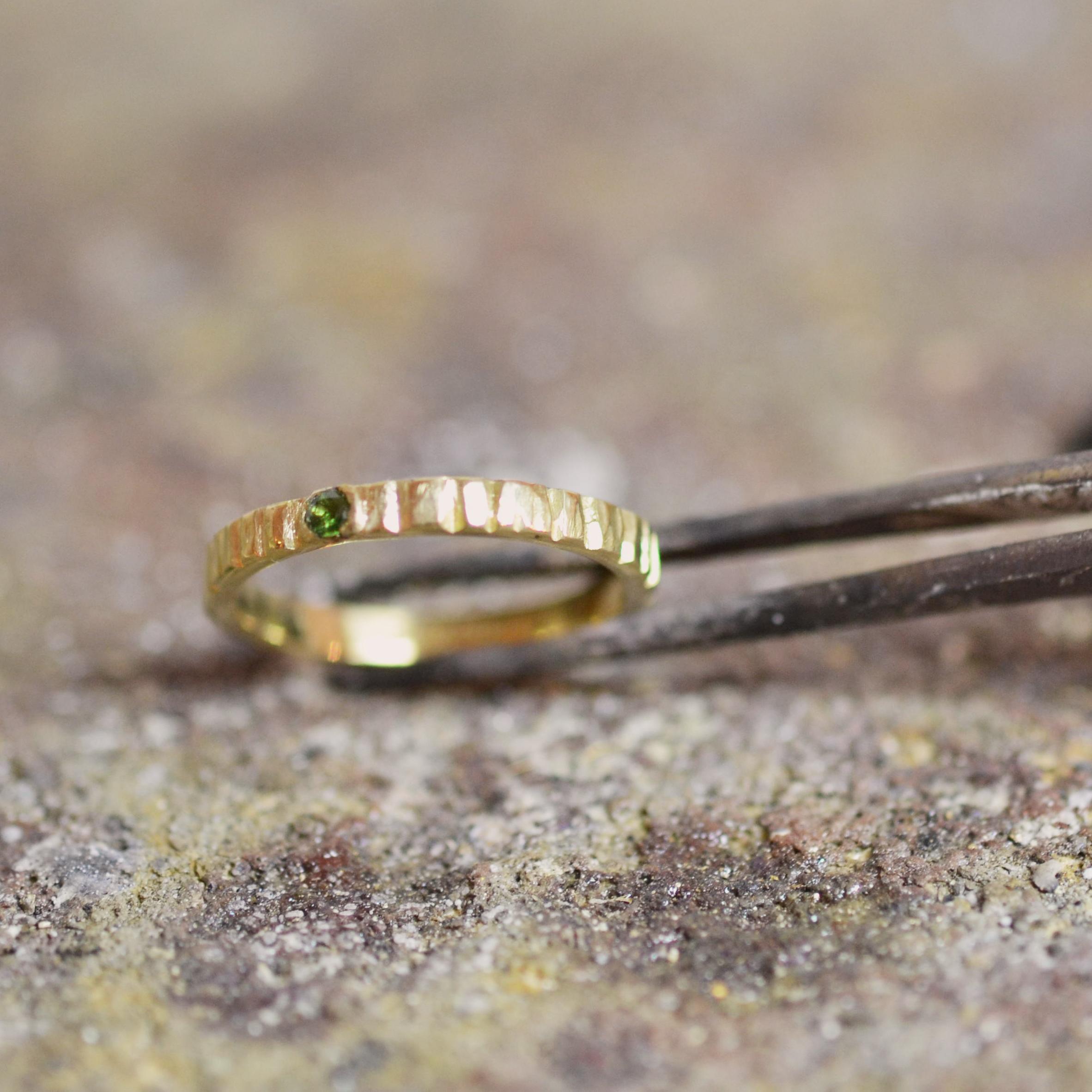 geel gouden fijne ring met groen steentje.jpg