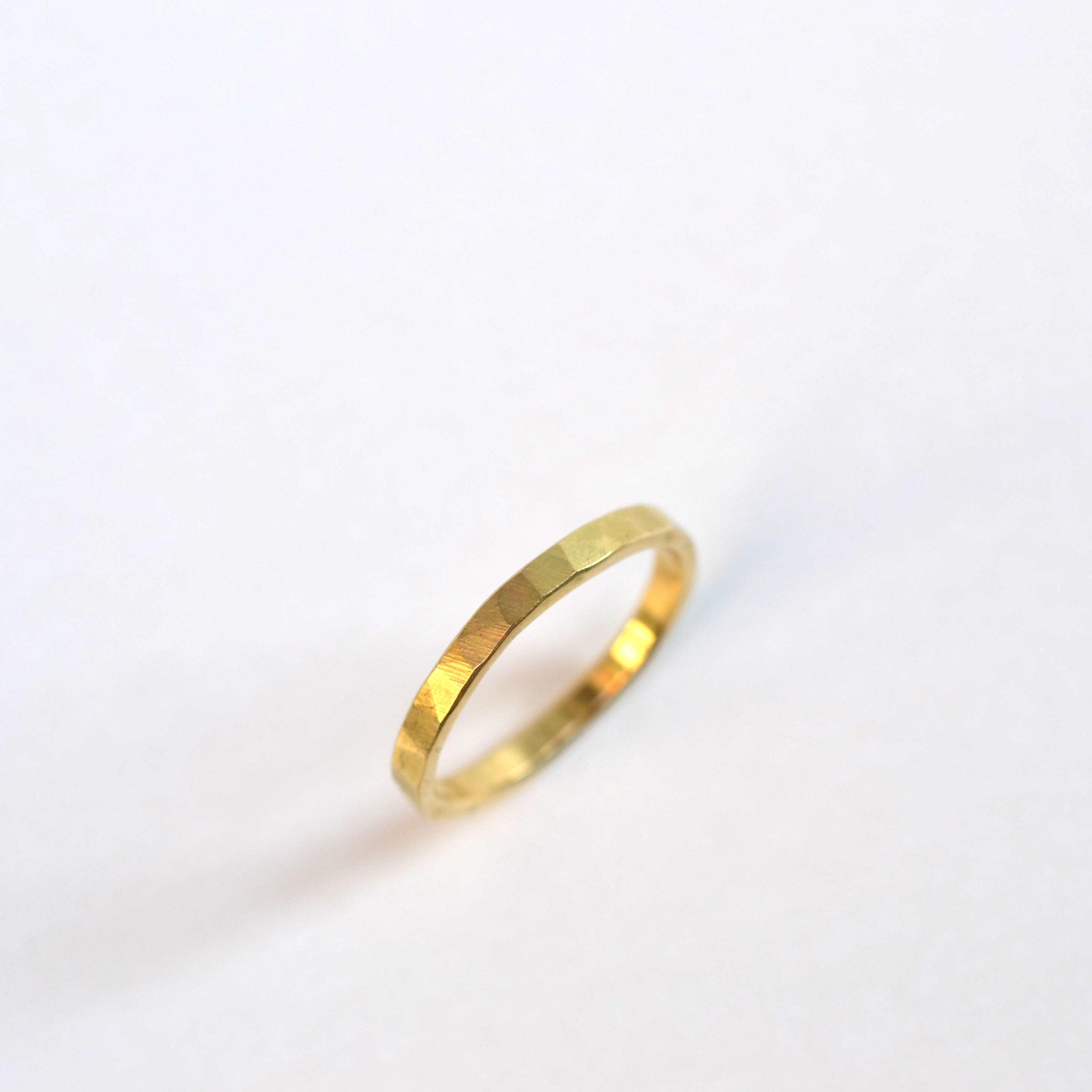fijne geel gouden gehamerde ring.jpg
