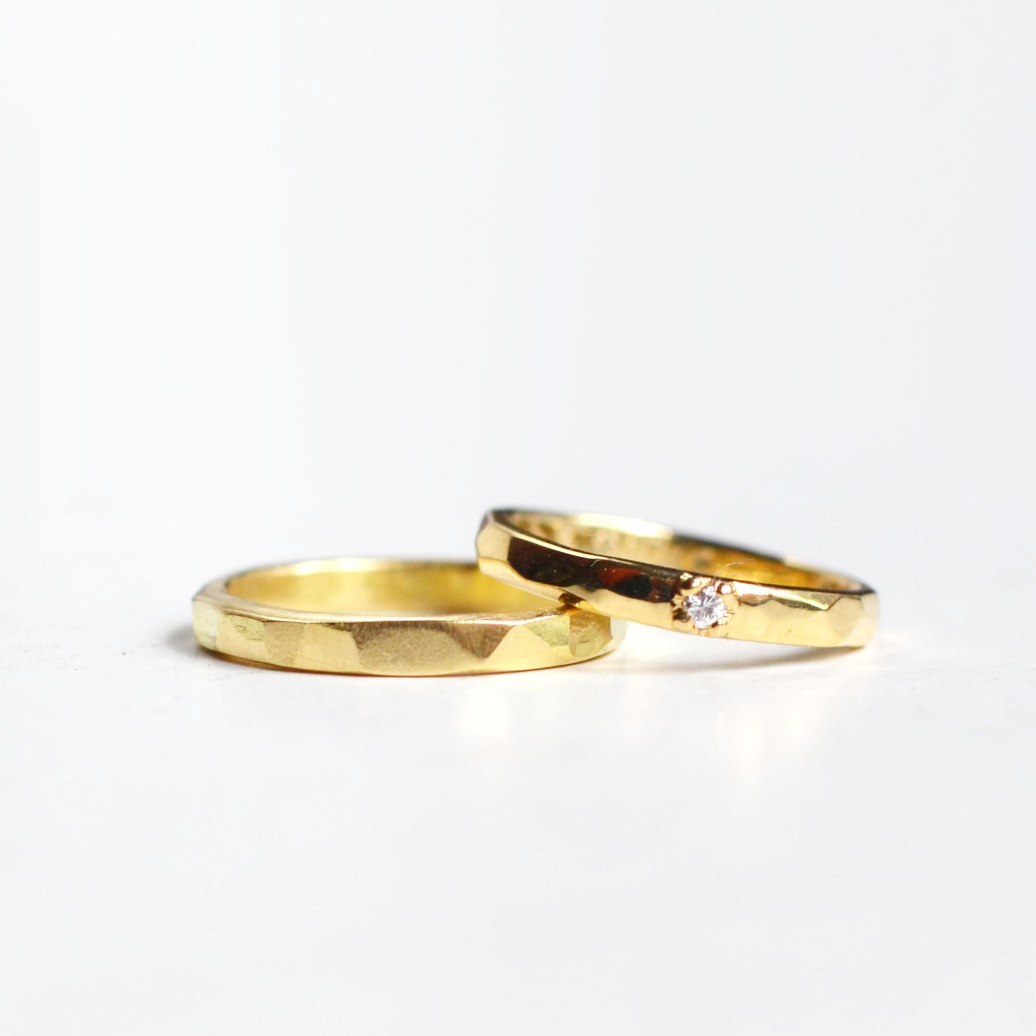 gehamerde trouwringen geel goud met diamant 2.jpg