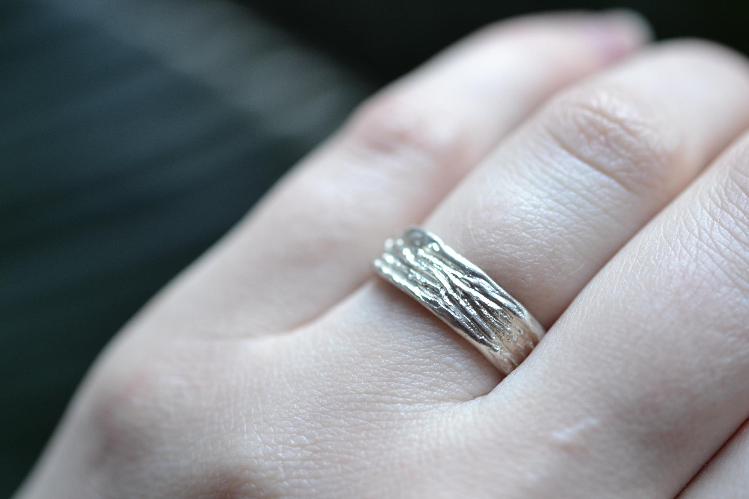 gekraste ring aan hand 1.jpg