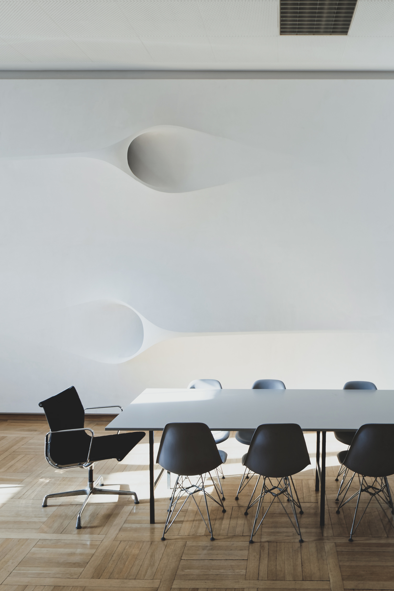 projector-ceiling-moh-architects-joerg-hugo-conferencetable1.jpg