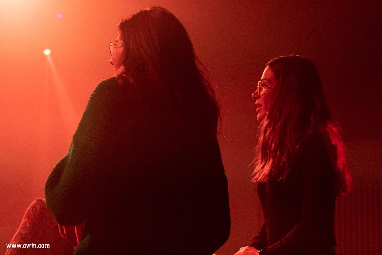 Anne et Mathilde pendant le concert de The Neighbours.
