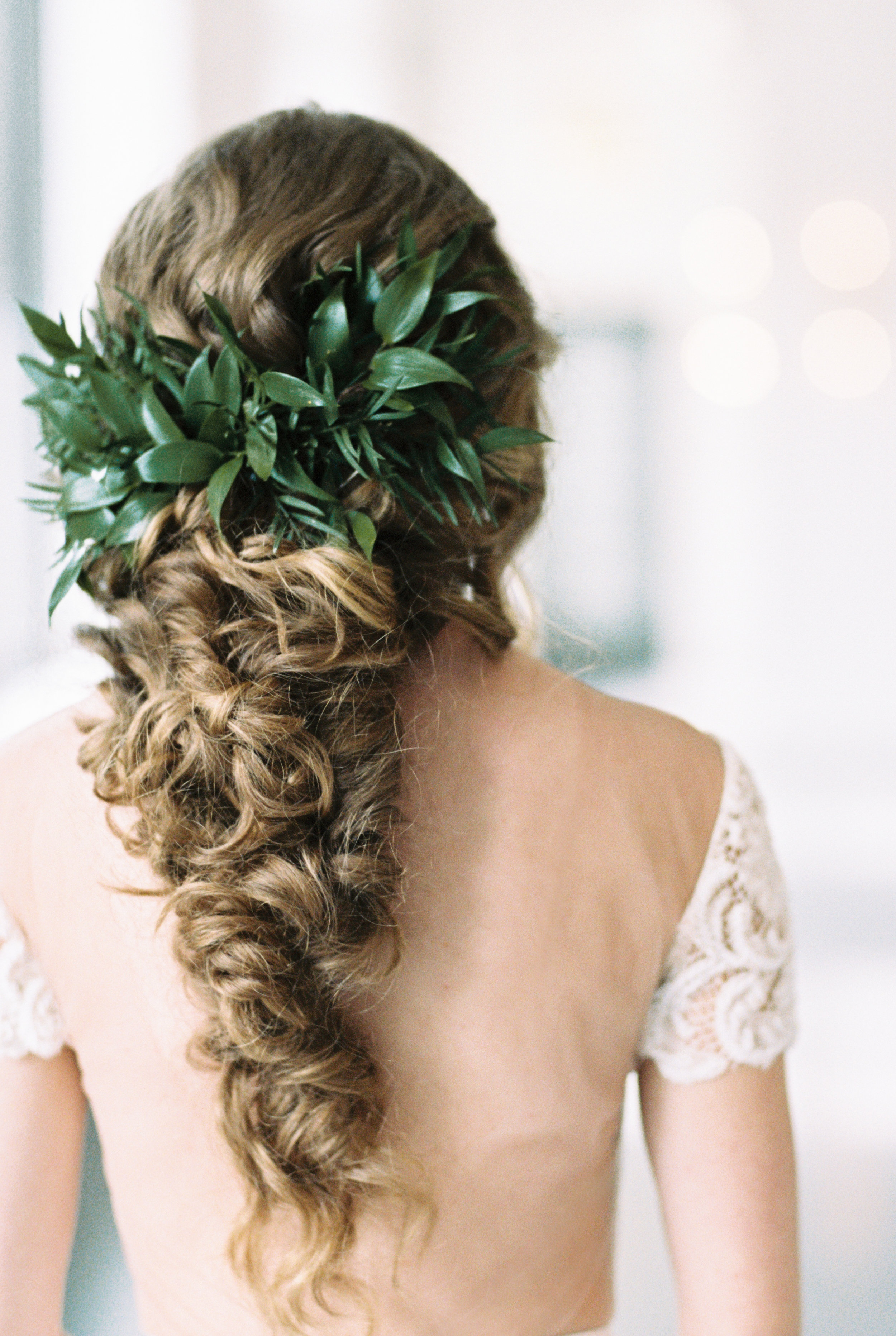 Boho wedding hair with greenery at modern wedding venue with lots of natural light, and beautiful greenery for this Chicago wedding styled shoot. Find more wedding inspiration at chitheewed.com!