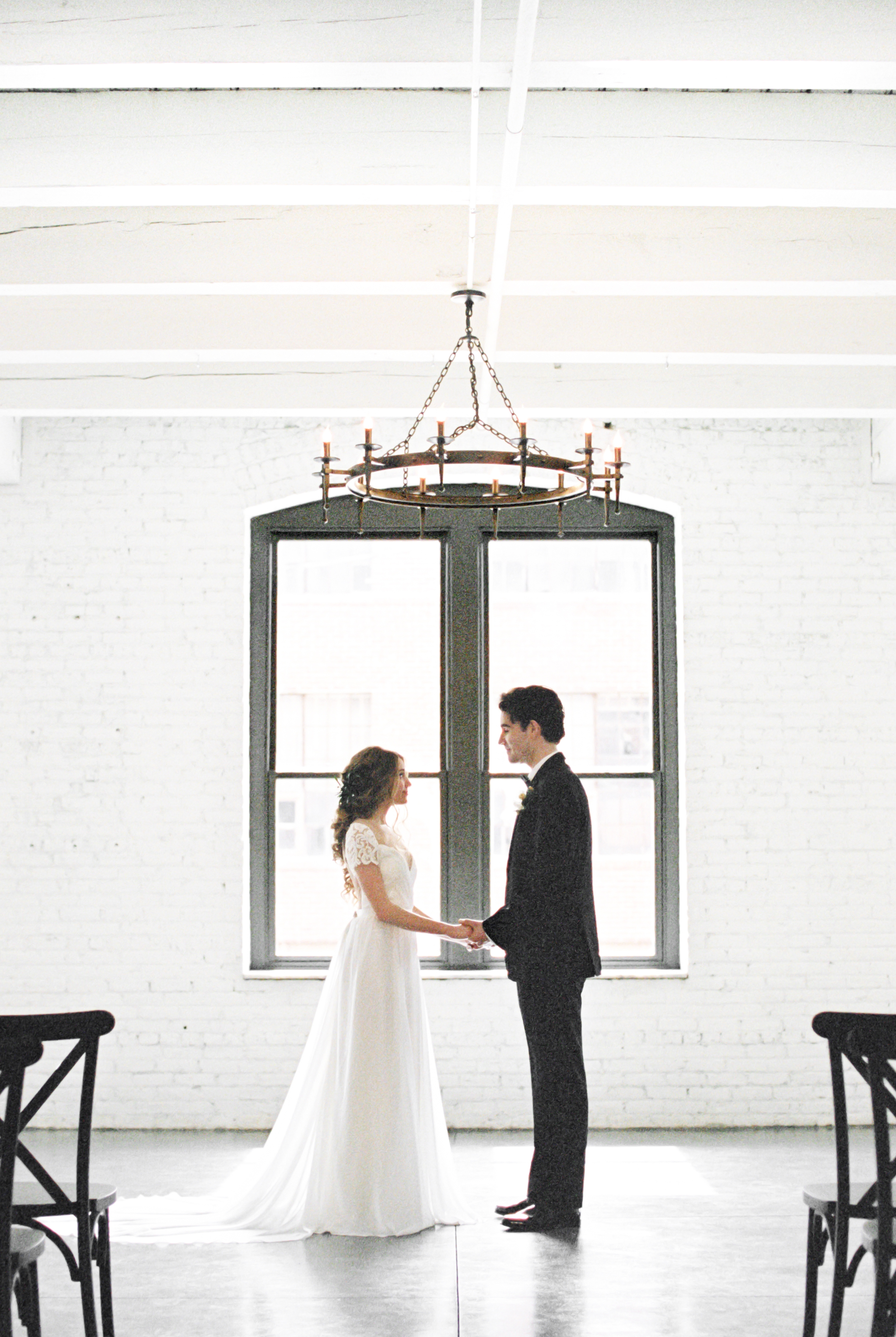 Boho bride and groom pose for wedding photos at modern wedding venue for wedding ceremony for this Chicago wedding styled shoot. Find more wedding inspiration at chitheewed.com!
