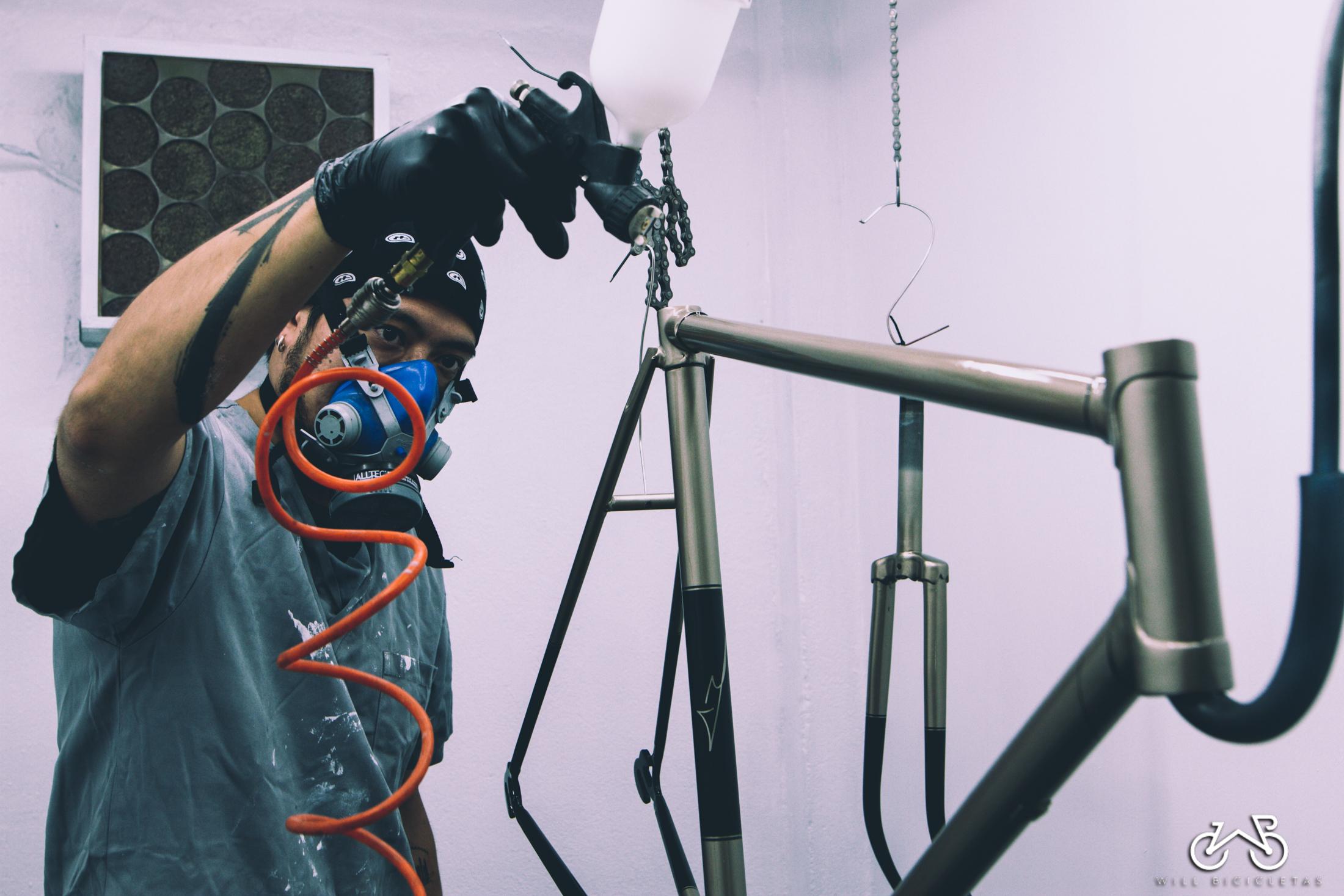 Pintura - Fazemos pinturas em bicicletas de aço, alumínio e carbono. Os produtos utilizados dão a liberdade de criar cores personalizadas e até semelhantes as originais da sua bike.Não realizamos reparos em pinturas.Se você curte grafismos, podemos criar algo especial para você, ou até mesmo recriar o que era o original.