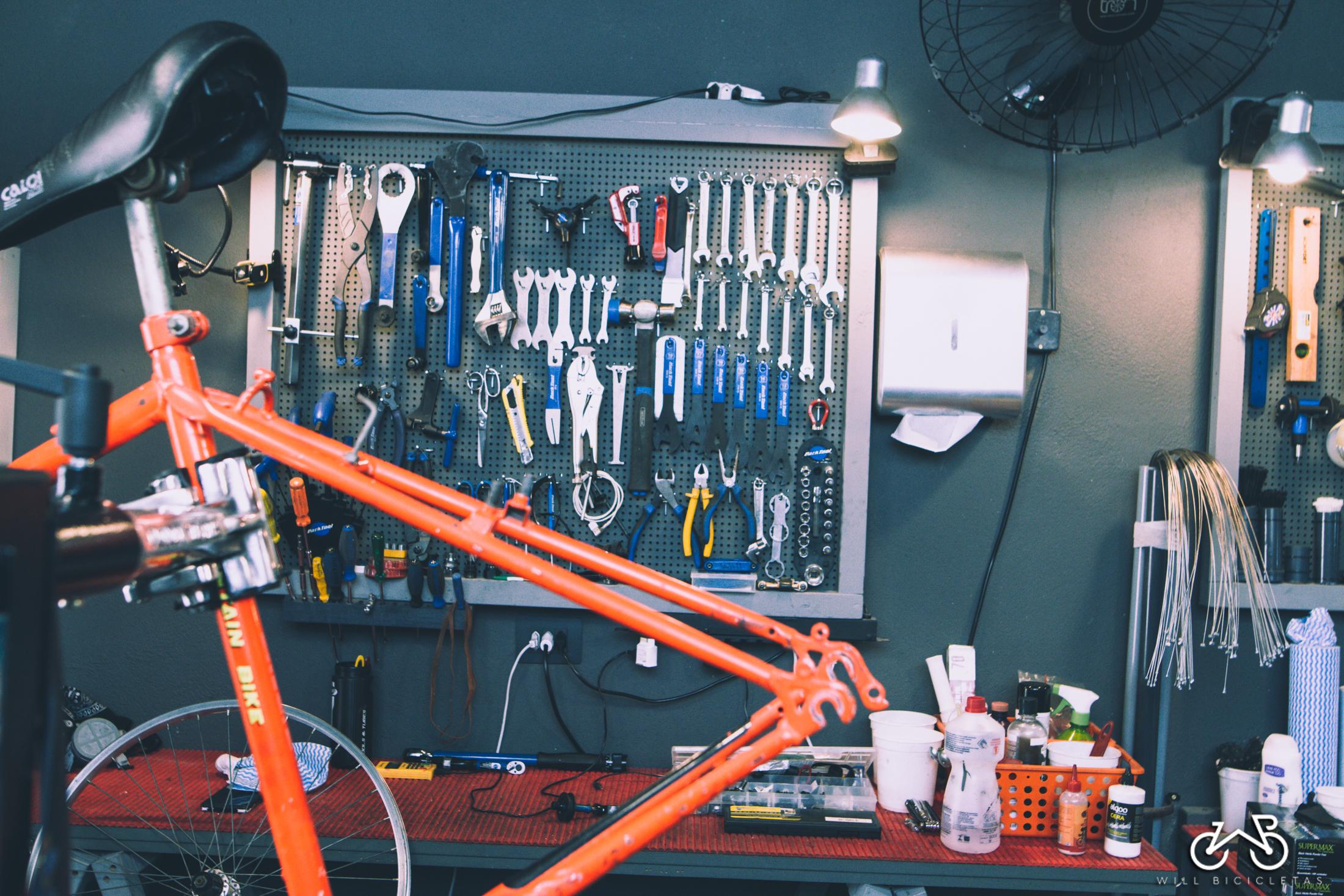 Mecânica - Nossas ferramentas garantem a melhor qualidade e rapidez nas manutenções. Sua bike será ajustada com precisão para o adequado funcionamento dos recursos e maior segurança ao pedalar. Realizamos desde simples reparos até revisões gerais em todo tipo de Bicicleta.