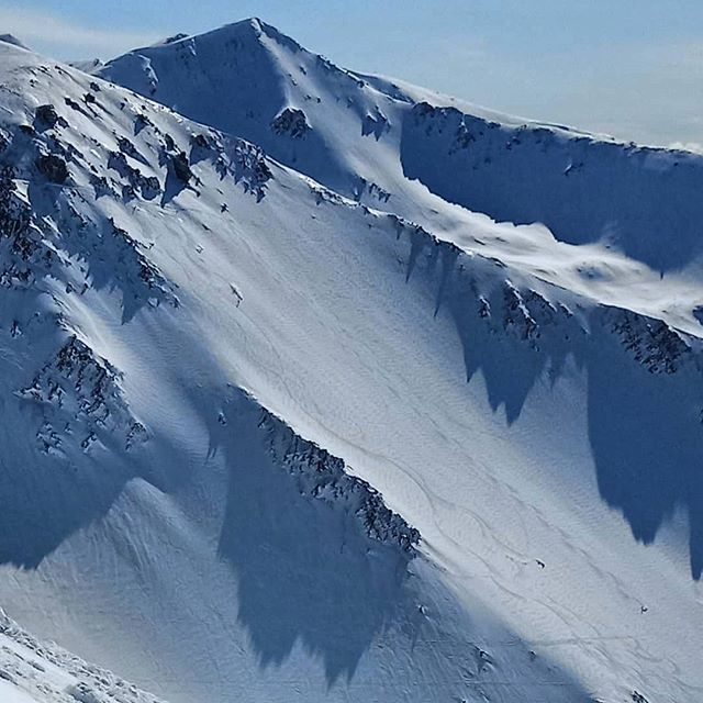 Can you see those people?  Do you want to be one of them?  How fast would you be going?  I would recommend at least mak 7.  Every turn is a sign of fear!  Blower pow on bluf face @portersnz  #powderhuntersnow #wildsouthtour #snow #ski #skinewzealand