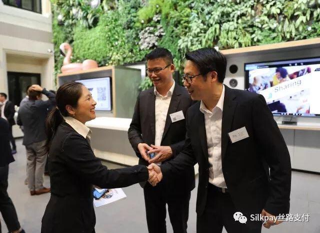 巴黎企业家俱乐部沙龙发起人Jacky Chang(右一),Philippe Liu(右二),Silkpay首席执行官Annie Guo(左)
