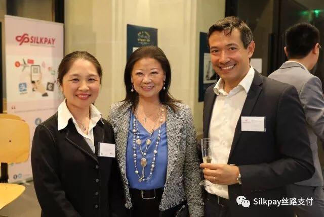 Silkpay首席执行官Annie Guo(左)与巴黎八区区长Jeanne d'Hauteserre女士(中)