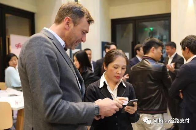京东集团法国办公室总经理古灏(左)与Silkpay首席执行官Annie Guo(右)