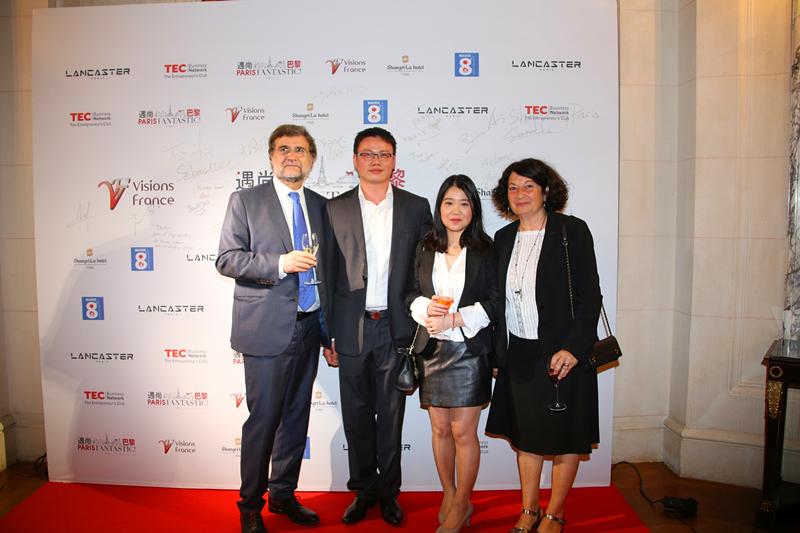 巴黎3区副区长尼科尔(右一)和刘晓勇夫妇、资深记者高赛(左一)合影