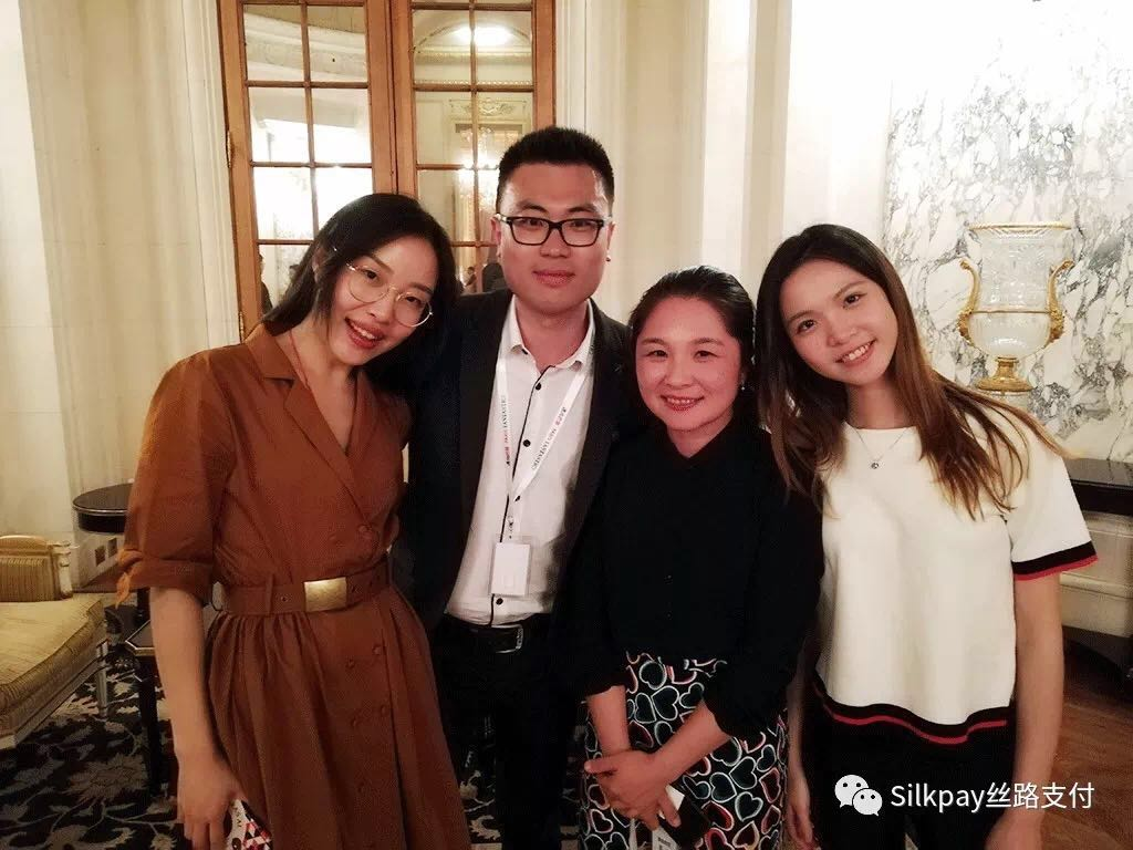 Silkpay丝路支付首席执行官Annie Guo和团队成员合影