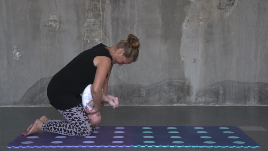 Pige på 4 mdr. laver baglæns koldbøtte (øvelsen kan laves fra barnet er ca. 4 mdr. gammelt og har fået hovedkontrol, hvilket almindeligvis sker når barnet er 2-3 mdr.)  Øvelsen styrker balancen.