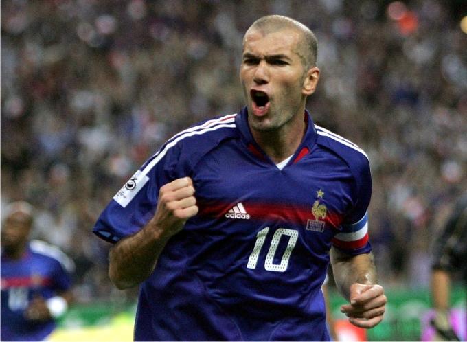 Ο Zinedine Zidane πανηγυρίζει μετά το πρώτο γκολ του τελικού του 1998
