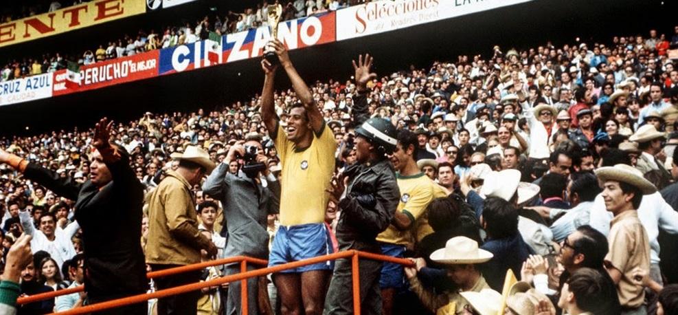 Ο Carlos Alberto με το τρόπαιο του Μουντιάλ το 1970