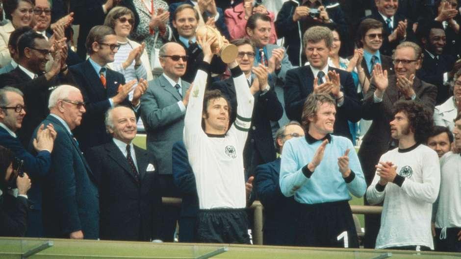 Ο Franz Beckenbauer με το τρόπαιο του Μουντιάλ 1974