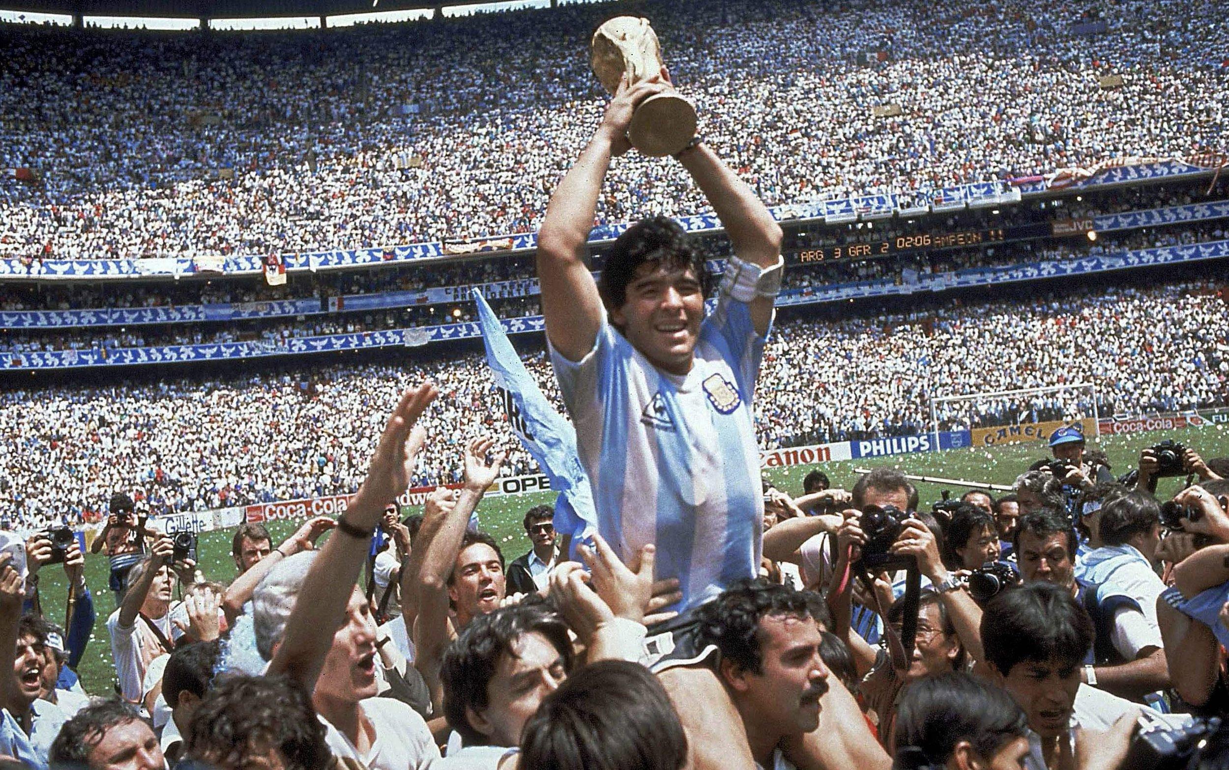 Ο Diego Maradona με το τρόπαιο του Μουντιάλ το 1986