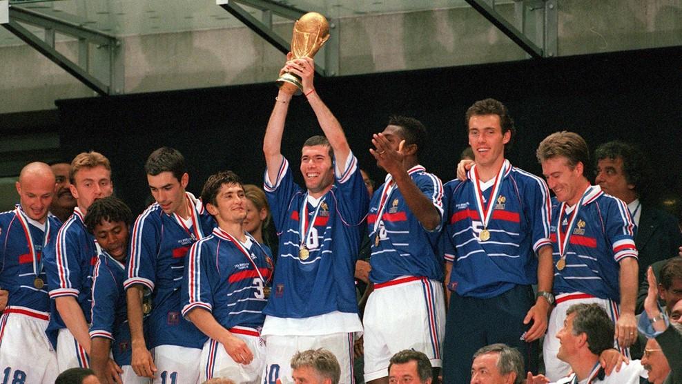 Ο Zinedine Zidane και οι συμπαίκτες του με το τρόπαιο του Παγκόσμιου Πρωταθλητή το 1998