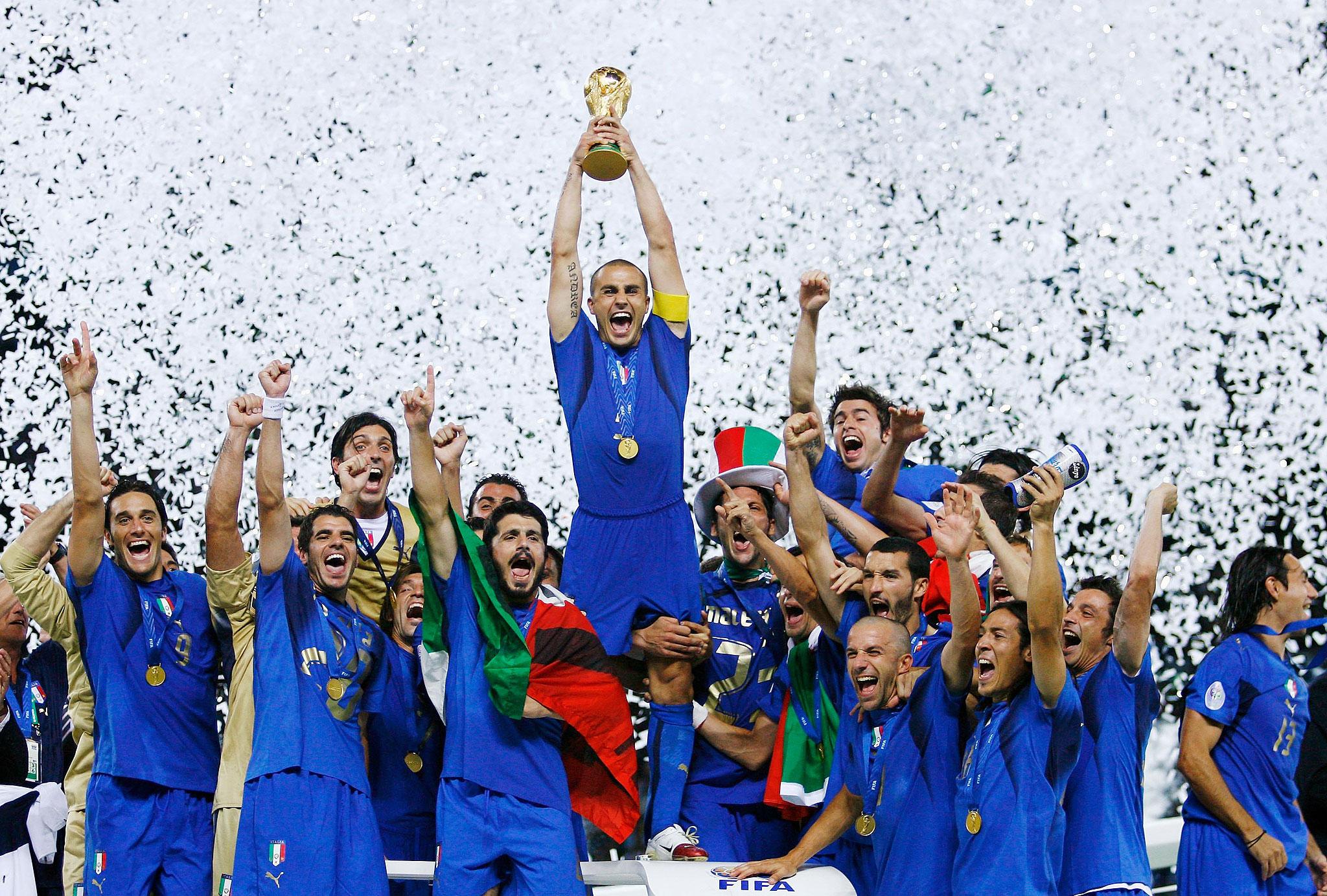 Ο Fabio Cannavaro σηκώνει το τρόπαιο του Παγκοσμίου Κυπέλλου το 2006