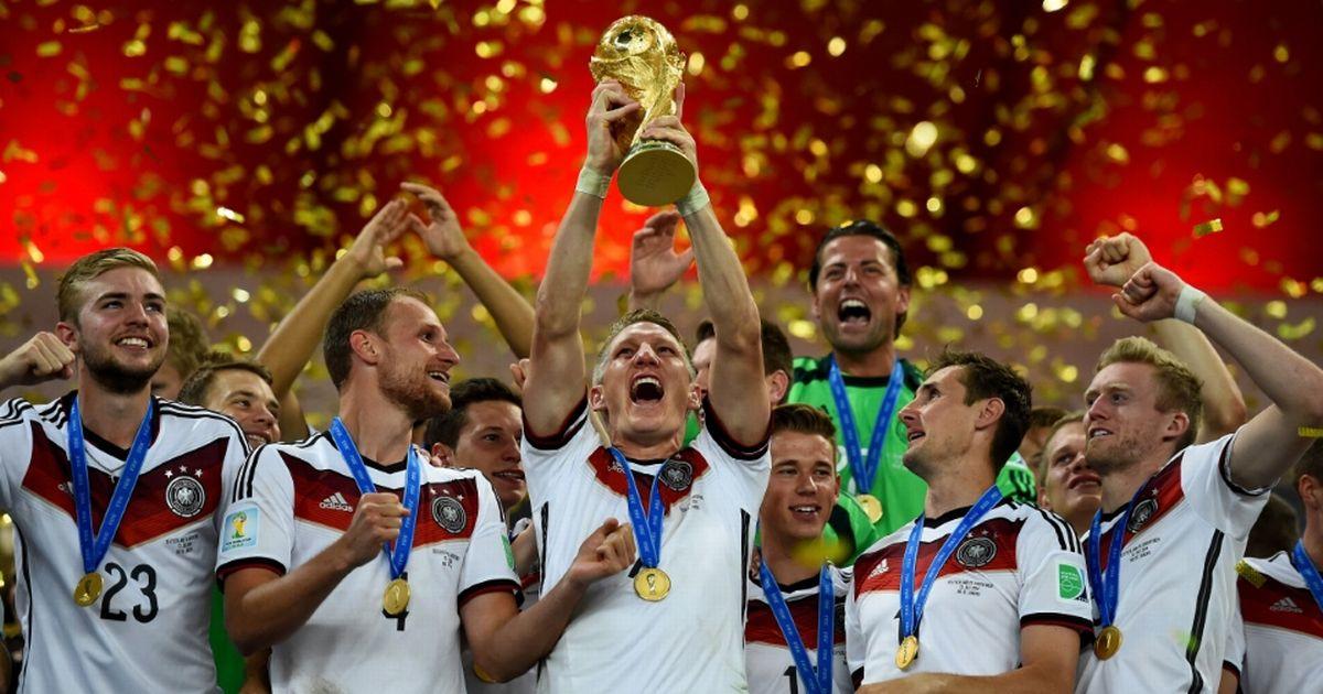Ο Bastian Schweinsteiger σηκώνει το τρόπαιο του Μουντιάλ το 2014