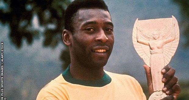 Ο Pele με το τρόπαιο του Παγκοσμίου Κυπέλλου του 1958